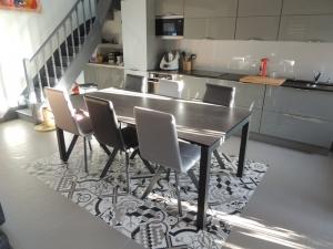 table ceramique extensible 200x100 chaises blanches et grises