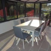 chaises-bicolor-et-table-ceramique-gris-clair veranda