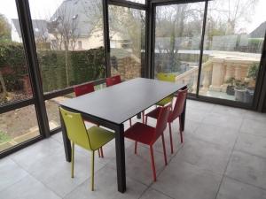 chaises-laquees-couleurs-et-table-ceramique-extensible veranda