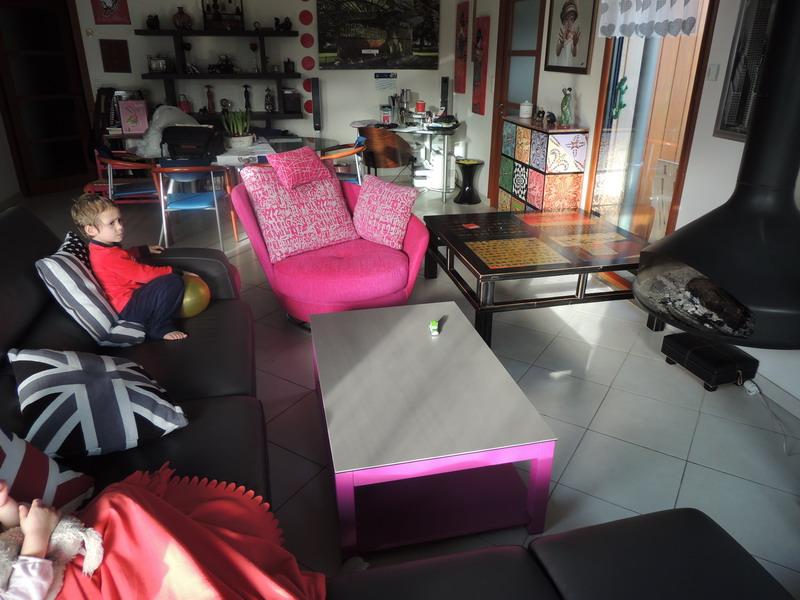 fauteuil relax FAMA et table ceramique pieds roses