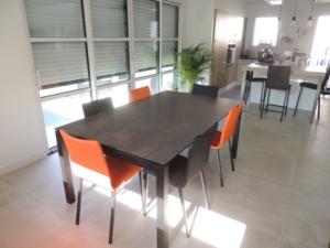 coin repas table ceramique chaises orange veranda