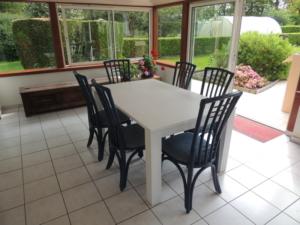151 table extensible et chaises rotin veranda bleu et blanc