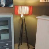lampadaire rouge et metal noir luminaire